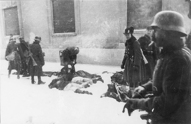 Венгерские оккупанты убивают жителей Нови-Сада во время облавы в 1942 году. Источник: Музей Воеводины